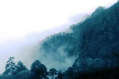 Mây buồn trên đỉnh núi