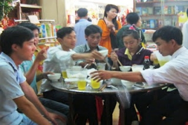 Cần Thơ: Sinh viên rủ nhau tới chùa ăn chay