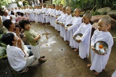 Nữ sinh Thái vào chùa làm ni cô