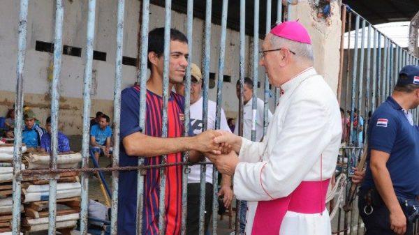 Kinh thánh cũ nát của tù nhân: khi Chúa vào tù