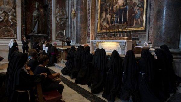 Các nữ đan sĩ cầu nguyện 24/24 cho đại dịch chấm dứt