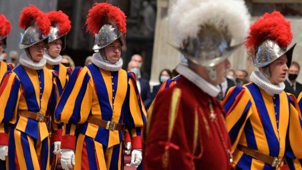 ĐGH Phanxicô gặp các vệ binh Thụy Sĩ phục vụ tại Vatican