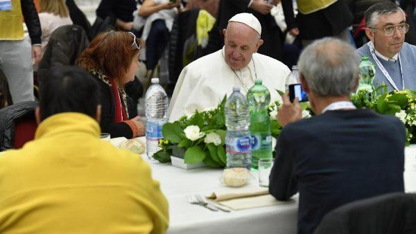ĐGH Phanxicô dùng bữa trưa với người nghèo