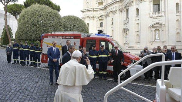 ĐGH Phanxicô làm phép xe mới được tặng cho Đội cứu hỏa Vatican
