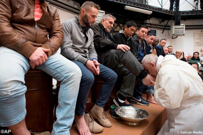 Đức Giáo hoàng Phanxicô rửa chân cho các tù nhân