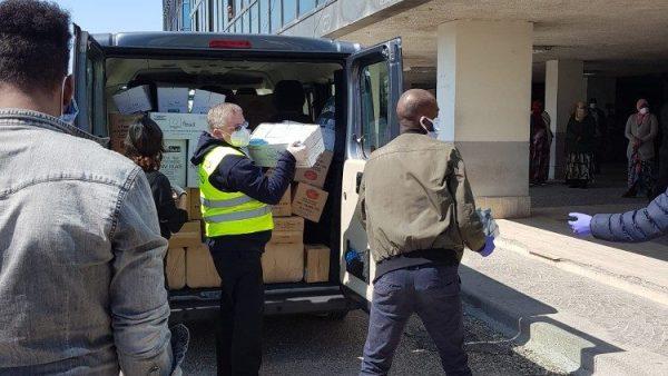 ĐGH tặng thực phẩm và vật dụng y tế cho người nhập cư thất nghiệp ở ngoại ô Roma