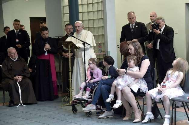 ĐGH Phanxicô viếng thăm trung tâm bác ái của dòng Capuchino