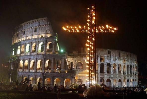Người trẻ được uỷ thác suy niệm Đàng Thánh giá tại Colosseum