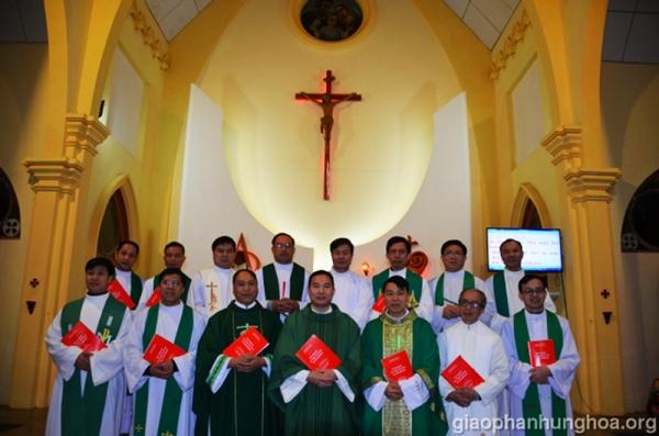 Khoá tập Nghi thức Thánh lễ tiếng H'mông dành cho các linh mục