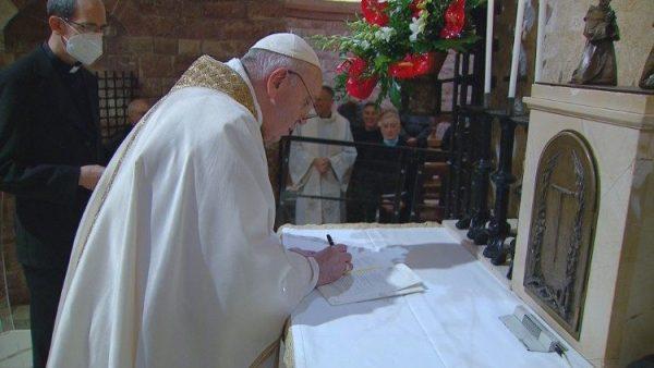 """ĐGH ký thông điệp """"Tất cả anh em"""" tại mộ thánh Phanxicô ở Assisi"""