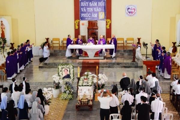 Phái đoàn Tổng Giáo phận Sàigòn: Kính viếng Đức cha Giuse Vũ Duy Thống.