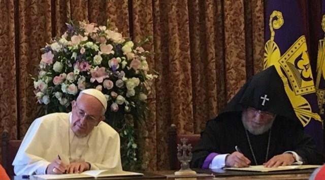 ĐGH Phanxicô và Đức Thượng phụ Karekin II ký Tuyên bố chung