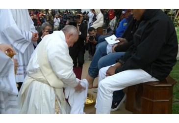 ĐGH Phanxicô rửa chân cho 12 người tị nạn (24.3.2016)