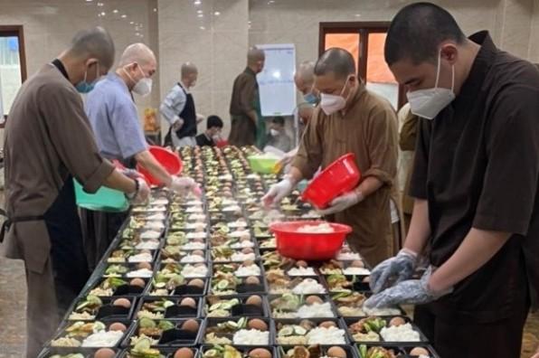 Văn phòng HĐGM VN chia sẻ thực phẩm cho bếp thiện nguyện chùa Vĩnh Nghiêm
