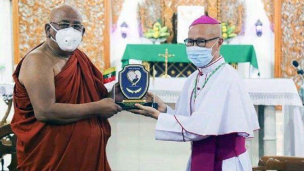Lãnh đạo Phật giáo đóng góp cho Quỹ khẩn cấp Covid-19 do ĐGH thành lập