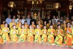 Đại diện Giáo xứ Tân Sa Châu chúc mừng lễ Phật Đản