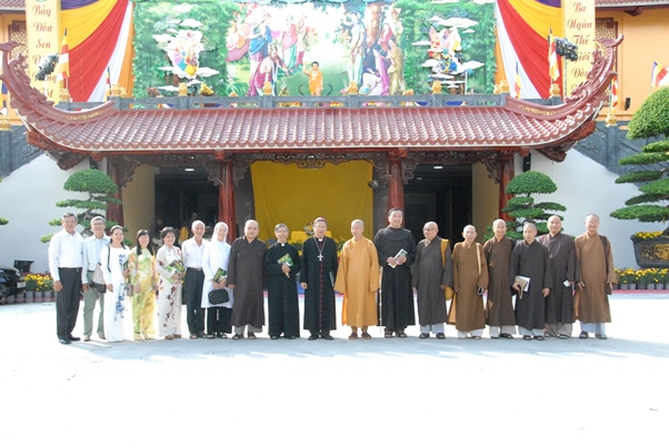 Phái đoàn Tòa Tổng Giám mục chúc mừng Đại lễ Vesak (8.5.2017)