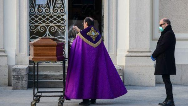 Các Giám mục Ý yêu cầu chính quyền cho phép cử hành lễ tang, rửa tội và lễ cưới