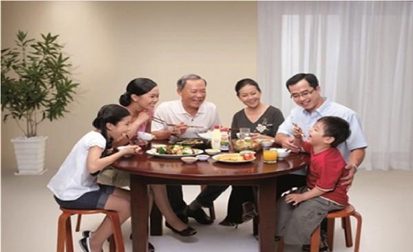 Bữa ăn gia đình truyền thống Việt Nam và Bàn Tiệc Thánh