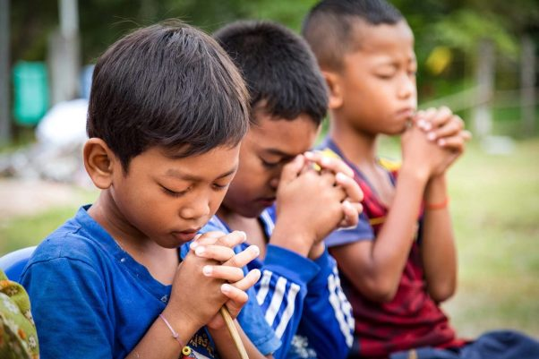 Cầu nguyện với Chúa Ba Ngôi trong khi Làm Dấu