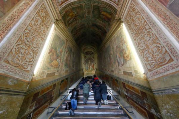 Tín hữu có thể chạm các bậc thang đá cẩm thạch của Cầu Thang Thánh