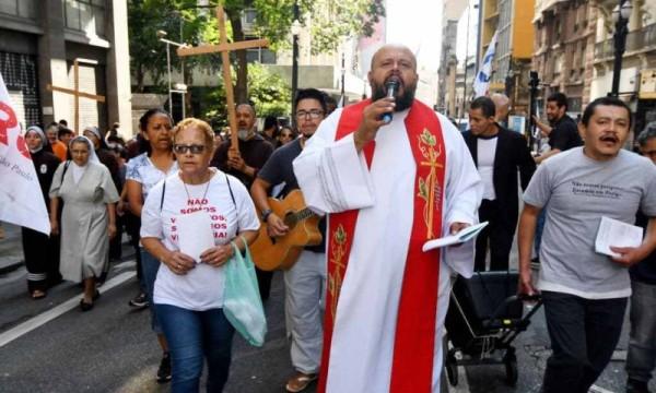 Vị linh mục dấn thân cho người vô gia cư ở Sao Paulo qua đời vì COVID-19
