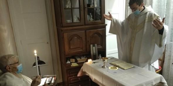 Cụ bà 90 tuổi được rửa tội ngay tại phòng khách của gia đình trong thời đại dịch