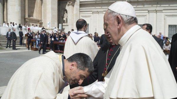 Các tù nhân tặng nến Phục Sinh cho Đức Giáo hoàng