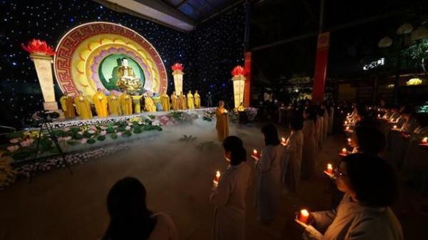 Thiêng liêng và lung linh đêm hội hoa đăng mừng Đức Thế Tôn thành đạo tại Hà Nội