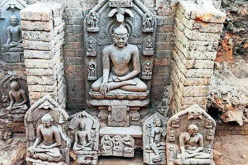 Ấn Độ: Khai quật hàng chục pho tượng Phật nghìn năm tuổi
