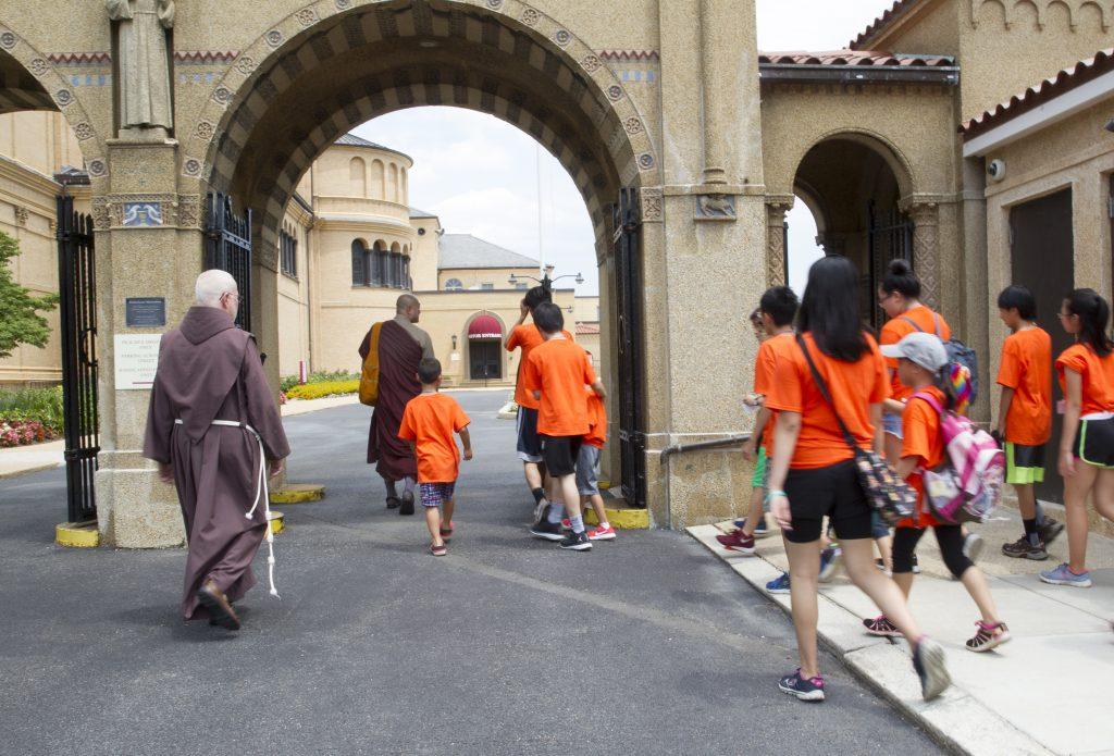 Phật tử trẻ tìm hiểu sinh hoạt các tôn giáo