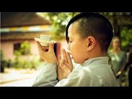 Tại sao phải cúng chim đại bàng trước bữa cơm trong chùa?