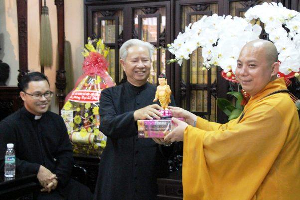Đoàn giáo xứ Tân Sa Châu chúc mừng lễ Phật Đản Chùa Viên giác