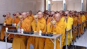 Tại sao bữa ăn trưa trong chùa gọi là quá đường?