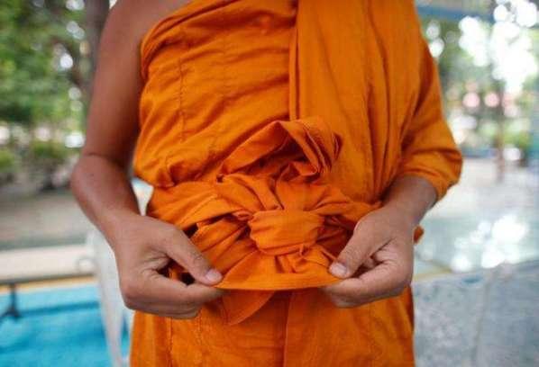 Một ngôi chùa Thái Lan may y từ chai nhựa tái chế