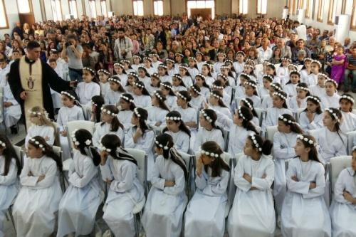 Trẻ em Iraq ở trại tị nạn Erbil rước lễ lần đầu