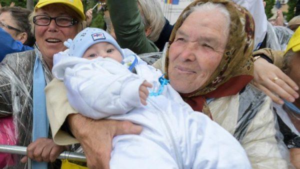 ĐGH tặng hình cầu nguyện có hình hai bà cháu người Rumani