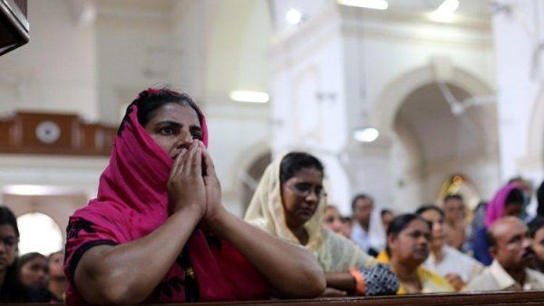 Vị linh mục Ấn Độ đạp xe đi thăm giáo dân trong thời gian cách ly vì đại dịch