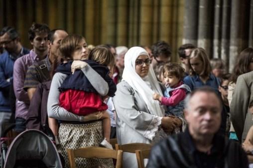 Người Hồi giáo quyên góp cho thân nhân của cha Hamel