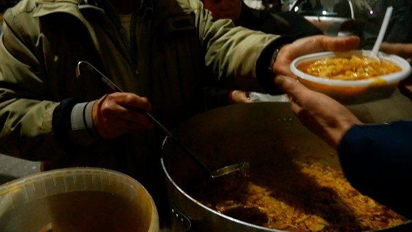 Cộng đoàn Thánh Gioan XXIII phục vụ bữa ăn tại 800 quảng trường Ý