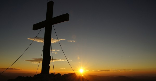 Trung Quốc: Thánh giá bị đốt, cờ treo trên tháp chuông nhà thờ