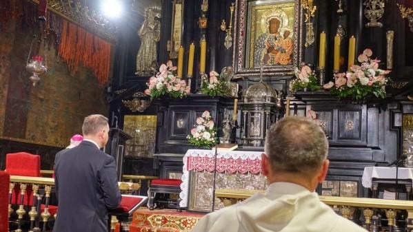 Tổng thống tái cử của Ba Lan viếng đền thánh Đức Mẹ đen