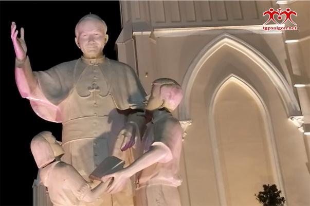 Thượng tượng Thánh Giáo hoàng Gioan Phaolô II tại Trung tâm Mục vụ TGP Sài Gòn