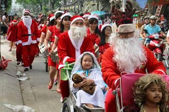 Niềm vui Giáng sinh trên đường phố