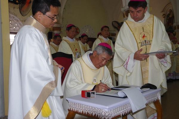 ĐGM Anphong Nguyễn Hữu Long chính thức nhận sứ vụ mục tử Giáo phận Vinh