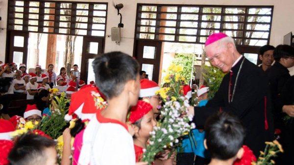 Giám mục Xuân Lộc mừng Giáng sinh sớm với gần 1.000 trẻ em có hoàn cảnh đặc biệt