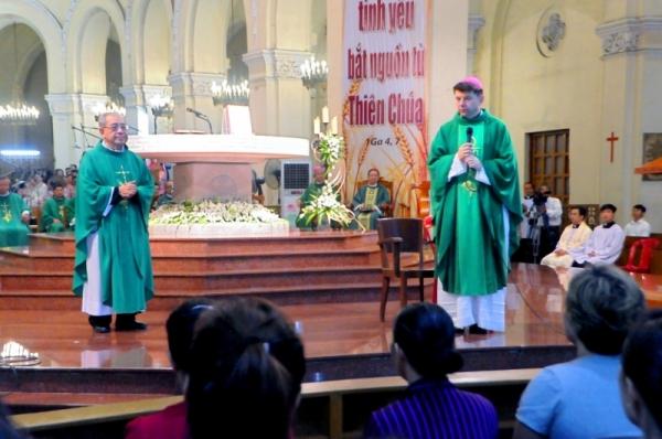 ĐTGM Marek Zalewski dâng Thánh lễ đầu tiên tại nhà thờ Chánh tòa Sài Gòn