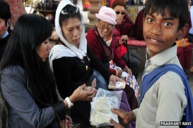 Trẻ em nghèo Ấn Độ kiếm sống bằng lá Bồ Đề thiêng